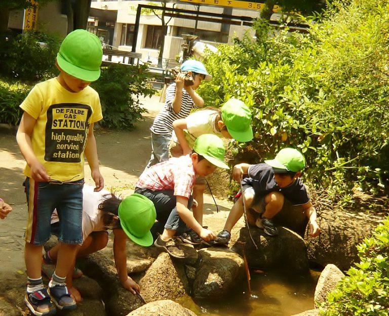 多摩川用水で遊ぶ子供たち