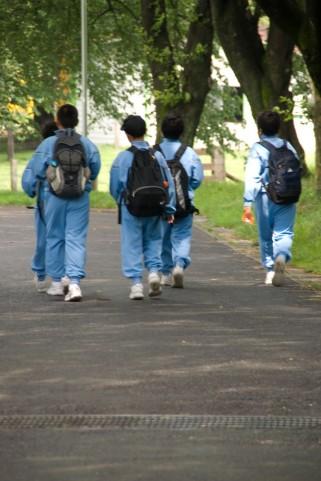 駒沢公園をジャージ姿で歩くポストゴールデンエイジの子供たち