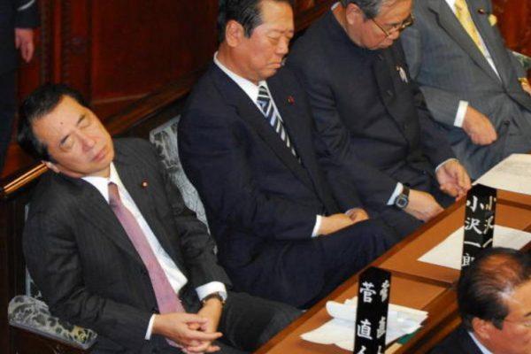 国会の本会議中に居眠りしている議員たち