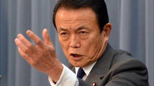 報道陣にきびしく対応する麻生太郎