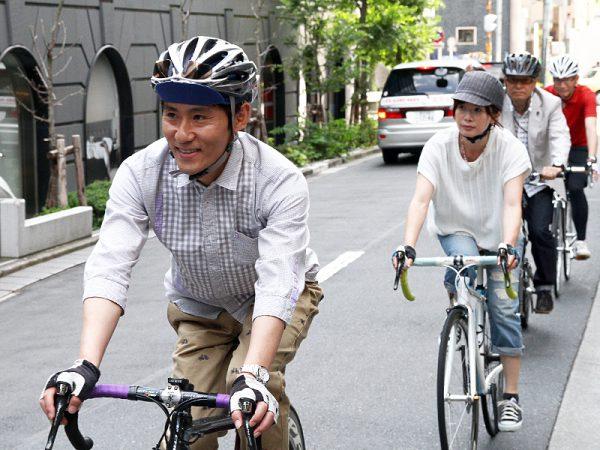 自転車ヘルメットをかぶる庶民