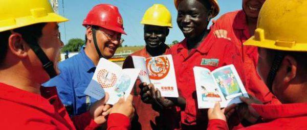 アフリカの工事現場の中国人の姿