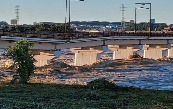 壊れそうな多摩川の日野橋