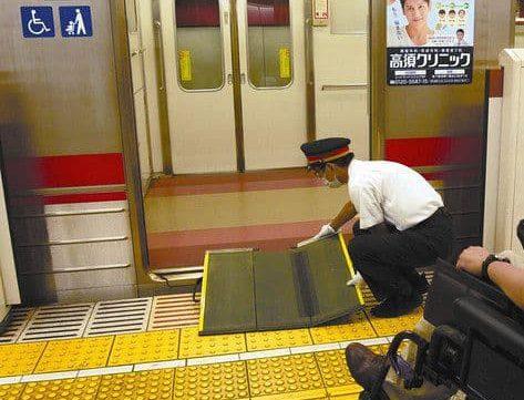 乗降りの際にホームと電車の隙間をスロープで埋めてくれる東急の駅員