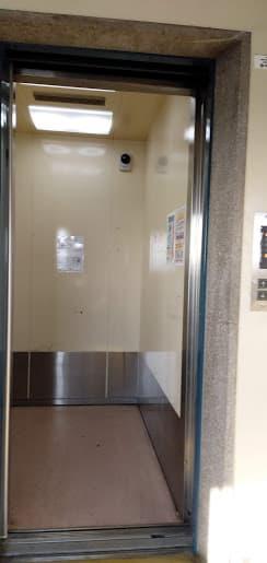 マンションの狭いエレベーター内部