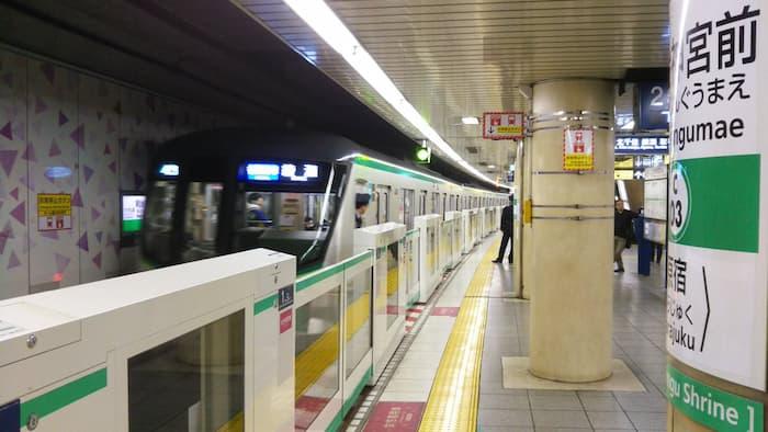 千代田線の明治神宮前駅ホーム
